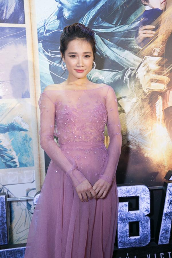 Váy trong suốt, váy ren, váy khai thác khoảng hở một cách ý nhị cũng được mỹ nhân làng điện ảnh Việt chọn lựa để xây dựng hình ảnh gợi cảm.