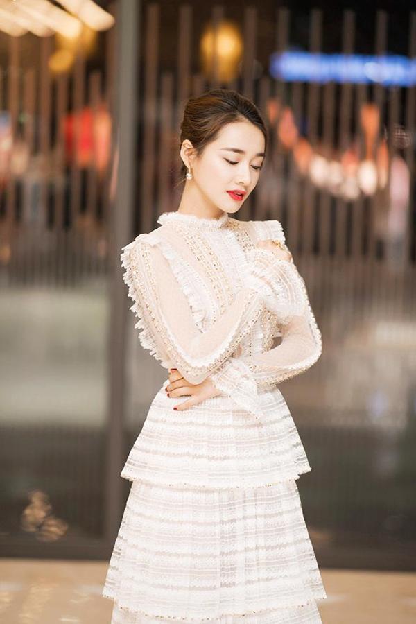 Nhã Phương yêu tông trắng và chuộng các mẫu váy thiết kế trên chất liệu vải ren, các trang phục dễ dàng tôn nét nữ tính và hiền dịu cho người sử dụng.
