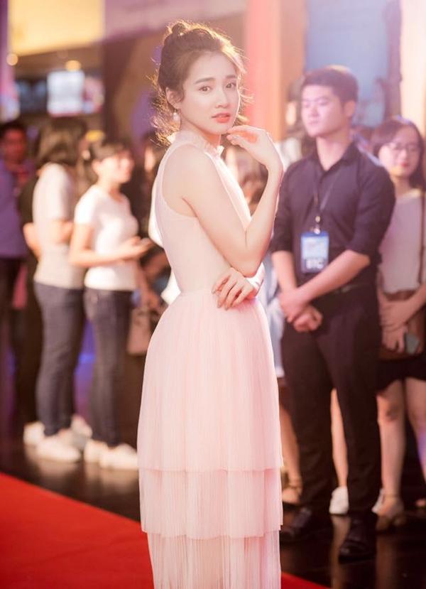 Hiểu rõ những ưu - nhược điểm của vóc dáng vì thế nữ diễn viên luôn tinh tế trong việc chọn trang phục thảm đỏ để khai thác lợi thế ở nét mảnh mai, trong sáng.