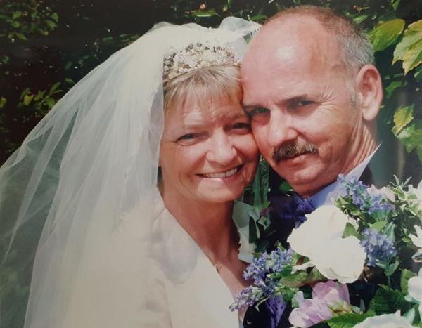 Ông Frank và vợ, bà Sandra, người qua đời vì ung thư bàng quang hồi tháng 9/2016. Ảnh: SWNS