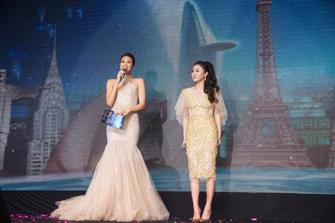 Ca sĩ Văn Mai Hương cũng tham gia biểu diễn để chào mừng buổi tiệc.