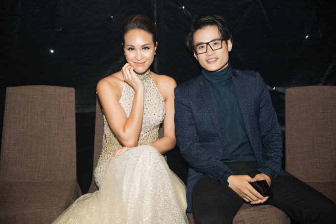 Cô vui vẻ hội ngộ với ca sĩ Hà Anh Tuấn ở hậu trường chương trình.