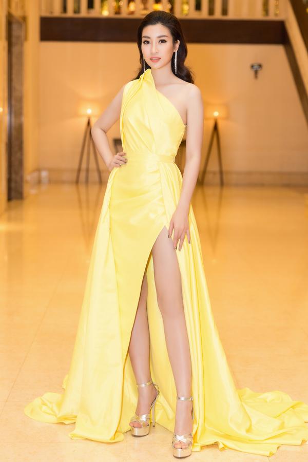 Sau một thời gian dài trung thành với các kiểu váy đuôi cá tôn nét lộng lẫy, Hoa hậu VN 2016 Đỗ Mỹ Linh đã mang tới nét mới mẻ trong phong cách thời trang thảm đỏ. Cô chọn thiết kế váy xẻ sexy của Lê Thanh Hoà để khoe sắc trong sự kiện.