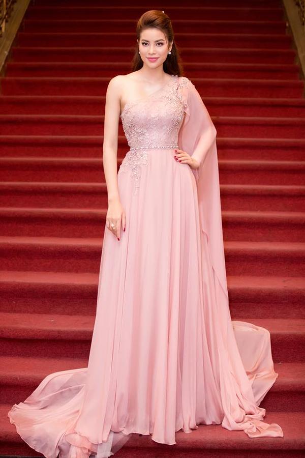 Liên tục góp mặt trong các chương trình vinh danh nghệ sĩ nổi bật của năm, hoa hậu Phạm Hương thông minh trong cách lựa chọn váy áo để khiến mình luôn là tâm điểm sự kiện. Váy lụa tông tím hồng lãng mạn đi kèm chi tiết vai lệch kết hợp dải lụa dài giúp cô cuốn hút theo phong cách nữ thần.
