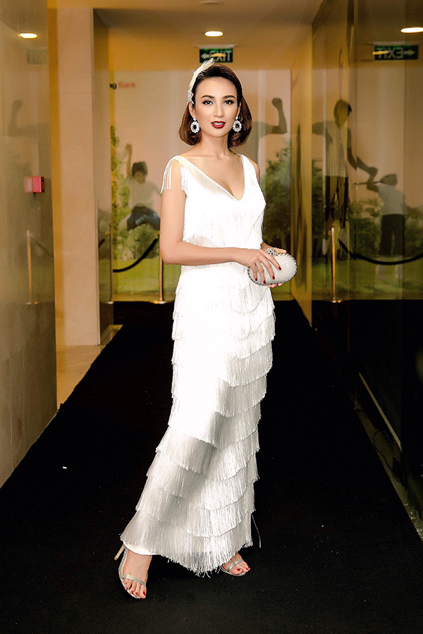 Cách trang trí dải tua rua quấn dọc thân váy của nhà thiết kế Minh Tú đã mang đế bộ trang phục bắt mắt cho hoa hậu Ngọc Diễm.