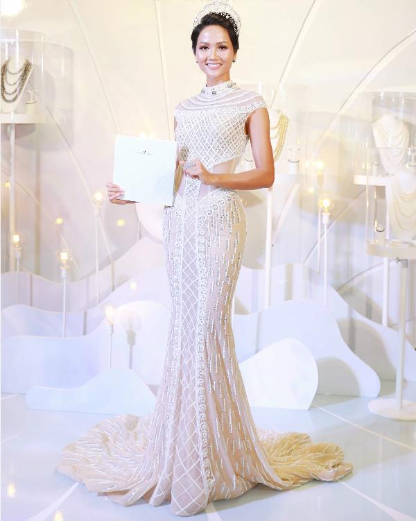 Váy đuôi cá được tạo hoạ tiết công phu bằng kỹ thuật kết cườm, cùng với đó là cách bố trí vải lưới, vải dệt sequins đã giúp Hoa hậu Hoàn vũ Vn 2017 thêm phần cuốn hút.