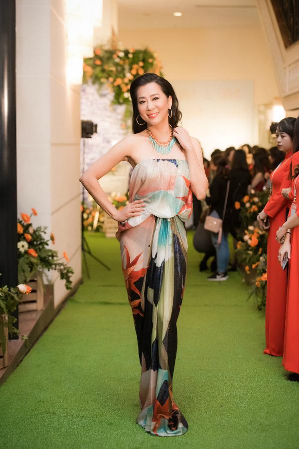 MC Nguyễn Cao Kỳ Duyên khoe nhan sắc rạng ngời, không thua kém các đàn em dù ở tuổi 52. Chị được chọn làm gương mặt đại diện của thương hiệu Saigon Smile Spa.