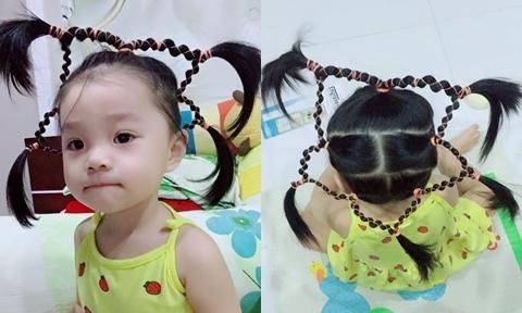 Bé 2 tuổi thích thú khi được mẹ tết tóc ngôi sao năm cánh