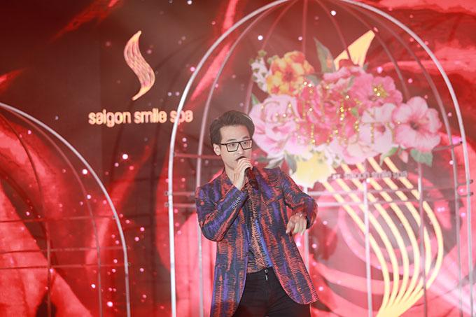 Ngoài song ca với Thu Phương, Hà Anh Tuấn còn thể hiện Ước mơ vươn tới ngôi sao và Người tình mùa đông.