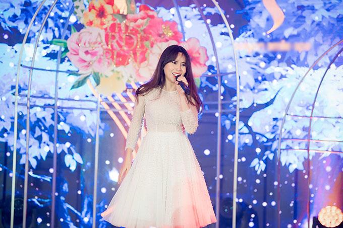 Nữ ca sĩ Lưu Hương Giang có màn trình diễn sôi động với nhạc phẩm Liên khúc Xuân, Mắt buồn và Rock your body. Ngoài ra, cô còn dành thời gian giao lưu với khán giả tham dự chương trình.