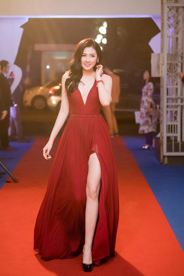 Không để mình lọt thỏm giữa sự trở lại của mốt váy lụa xẻ cao, á hậu Dương Tú Anh cũng chọn mẫu váy mới nhất của Lê Thanh Hoà để khoe chân dài sexy khi tham gia sự kiện.