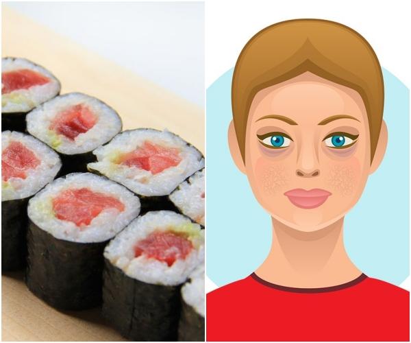Sushi Sushi chứa rất nhiều muối, ăn nhiều sẽ khiến da mất nước. Khi đó, não bộ sẽ gửi tín hiệu cảnh báo đến cơ thể, yêu cầu trữ nước lại, làm cho khuôn mặt sưng phồng lên. Chưa kể, hàm lượng tinh bột cao trong sushi còn có thể gây ra các vấn đề lão hoá sớm.