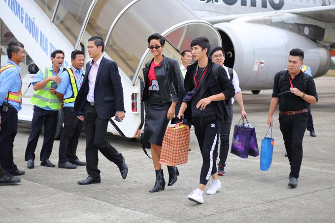 Khoảng 11h30 trưa 22/1, HHen Niê đáp máy bay từ TP HCM về đến Buôn Ma Thuột. Đây là lần đầu tiên cô về quê kể từ sau 16 ngày đăng quang Hoa hậu Hoàn vũ Việt Nam 2017.