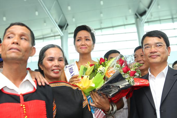 HHen Niê òa khóc trong lần đầu về quê sau hơn hai tuần đăng quang Hoa hậu - 11