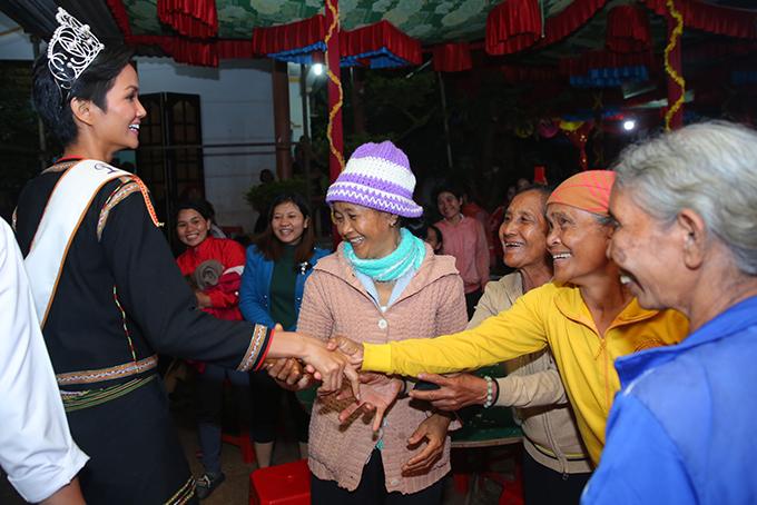 HHen Niê mang dép lê múa hát bên lửa trại cùng bà con - 1