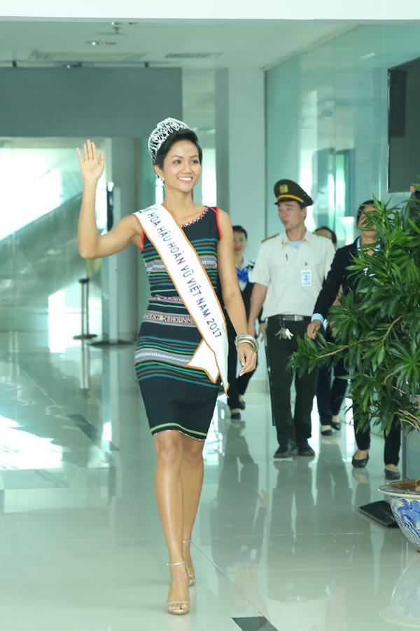 HHen Niê òa khóc trong lần đầu về quê sau hơn hai tuần đăng quang Hoa hậu - 6