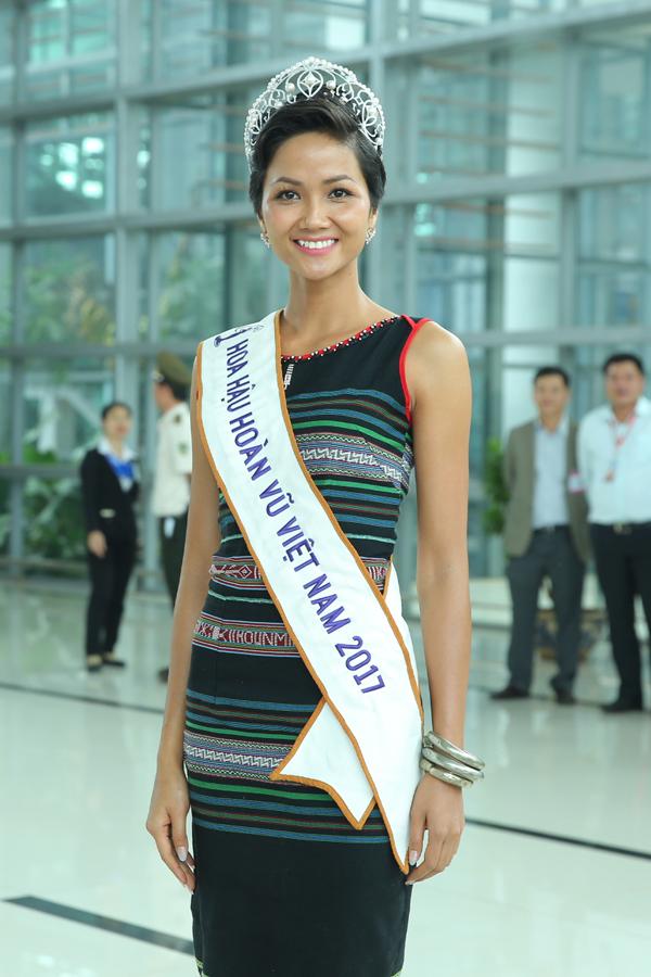 HHen Niê òa khóc trong lần đầu về quê sau hơn hai tuần đăng quang Hoa hậu - 7