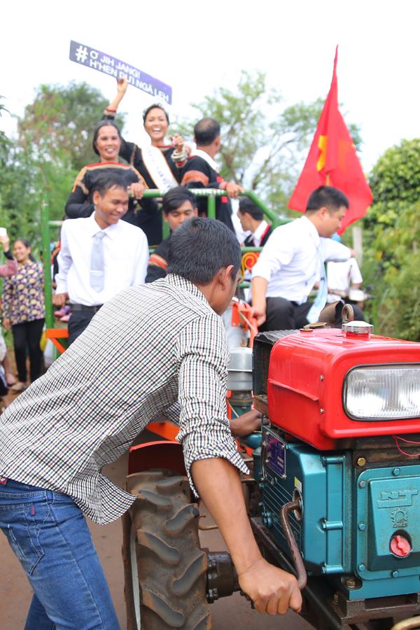 HHen Niê cười hết cỡ khi cùng bố mẹ đi xe công nông về buôn - 8