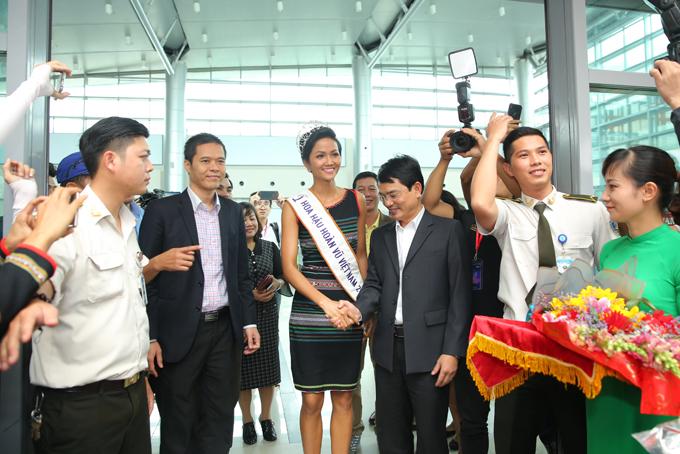HHen Niê òa khóc trong lần đầu về quê sau hơn hai tuần đăng quang Hoa hậu - 8