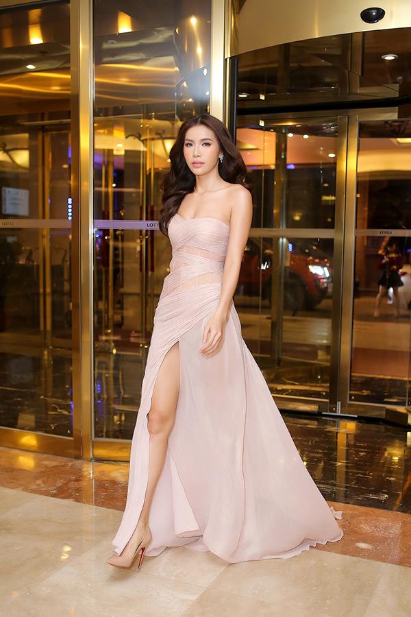 Nhanh nhậy trong việc đón đầu những xu hướng mới, Chung Thanh Phong đã cho ra mắt mẫu váy lụa quấn đi kèm chi tiết cut out sexy. Đường cắt may khéo léo trên trang phục góp phần tôn vẻ đẹp hình thể cho siêu mẫu Minh Tú.