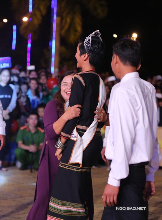 HHen Niê được vệ sĩ theo sát khi đi giao lưu với bà con - 6