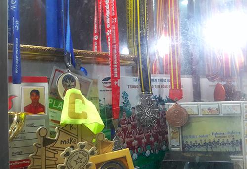 Những tấm huy chương mà Tiến Dũng giành được từ khi theo nghiệp quần đùi áo số luôn được treo trang trọng trong nhà. Ảnh: Hùng Lê