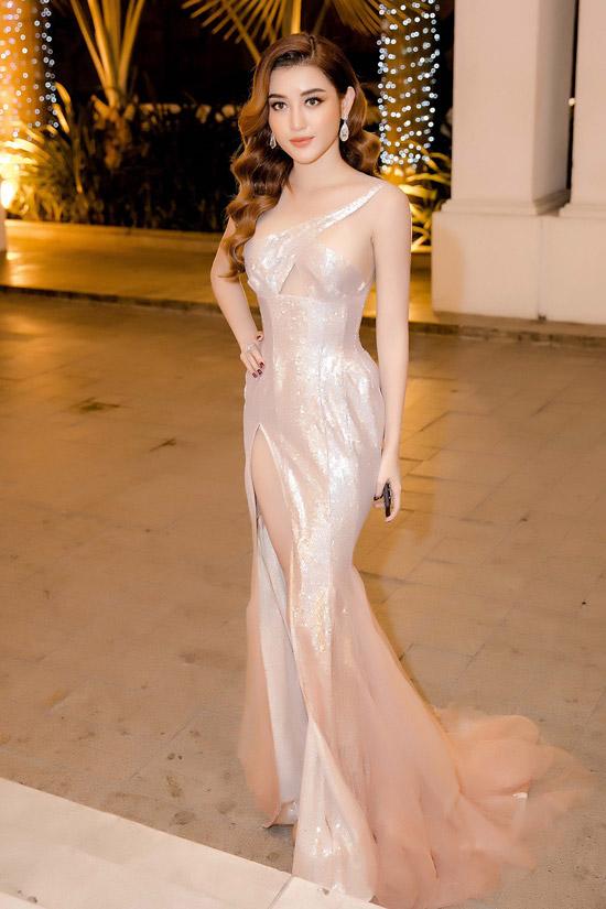 Buổi tối cùng ngày, Huyền My tiếp tục góp mặt trong buổi tiệc khác tại một khách sạn sang trọng. Lần này, cô diện váy dạ hội bó sát của NTK Anh Thư nhưng vẫn trung thành với stylekhoét ngực, xẻ đùi.