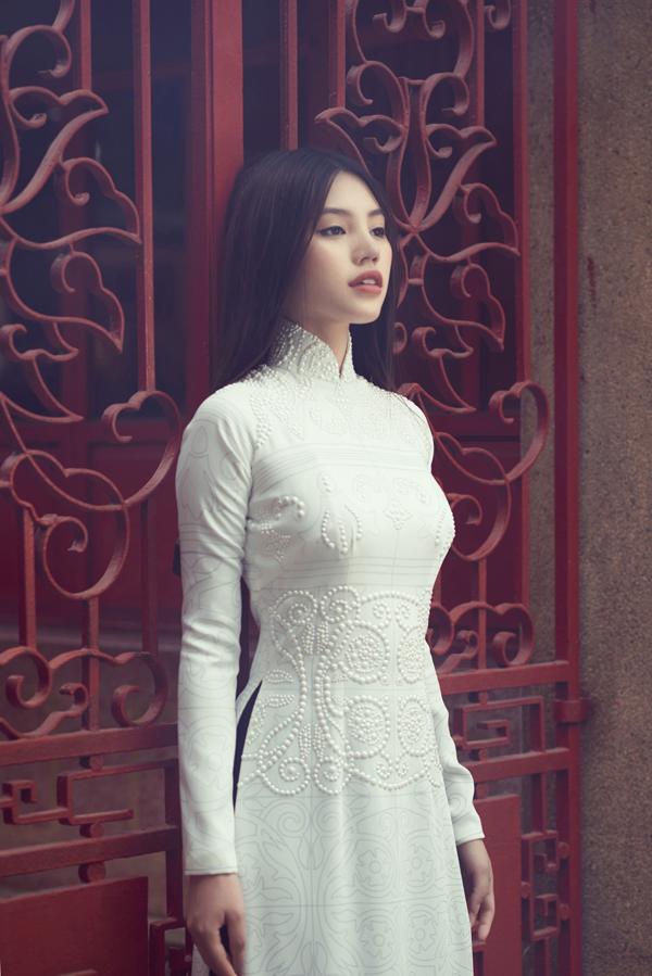 Họa tiết gạch bông được chắt lọc và thể hiện sống động trên tà áo, thêm vào đó nhà mốt Việt đã khéo xử lý họa tiết nổi để khiến mẫu trang phục thêm phần bắt mắt.
