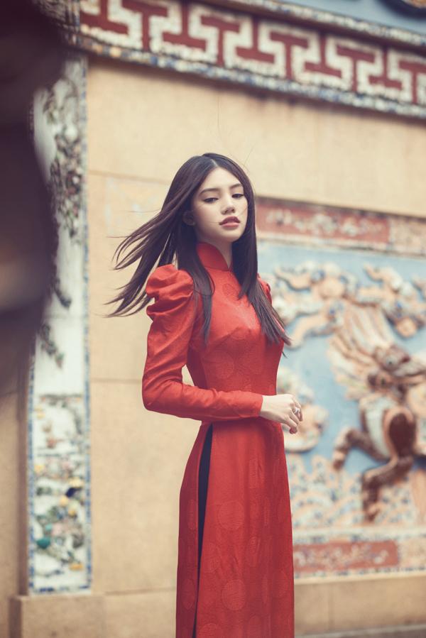 Phong cách thời trangấn tượng, đặc biệt là luôn nổi bật trên cả thảm đỏ lẫn street style giúpJolie Nguyễnđược khán giả ưu ái đặt cho biệt danh Tiểu thư làng mốt.