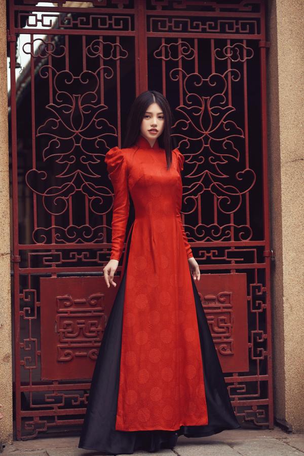 2017 là một năm khá thành công của Jolie Nguyễn, nhờ cách chăm chút cho street style tại các fashion week, cô được truyền thông quốc tế để ý. Hình ảnh của người đẹp đượcxuất hiện nhiều trên những trang báo, tạp chí lớn ở nhiều quốc gia lớn như Mỹ, Hàn Quốc, Singapore.