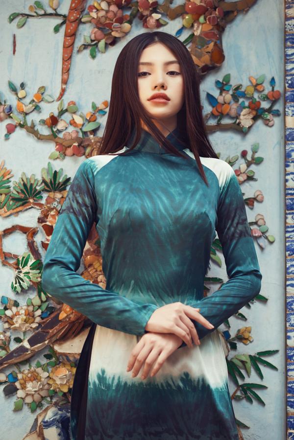 Trang phục truyền thống được thể hiện trên những màu nổi như xanh, đỏ, trắng với thiết kế hoa văn tinh tế giúp Jolie Nguyễn tôn lên vẻ đẹp vừa dịu dàngvừa cá tính.