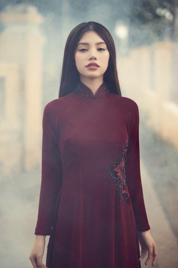 Áo dài nhung tông màu đỏ đô dễ dàng mang lại phong cách sang trọng và quý phái cho người mặc. Nó cũng là trang phục phù hợp với không khí lễ Tết cuối năm.