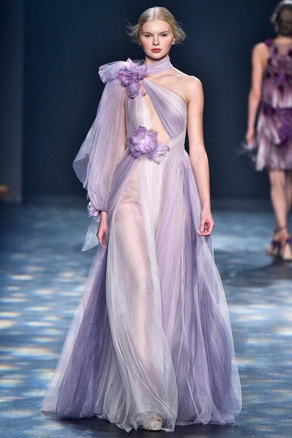 Đây là một trong những bộ cánh gây ấn tượng của nhà Marchesa trên sàn diễn thời trang thế giới.