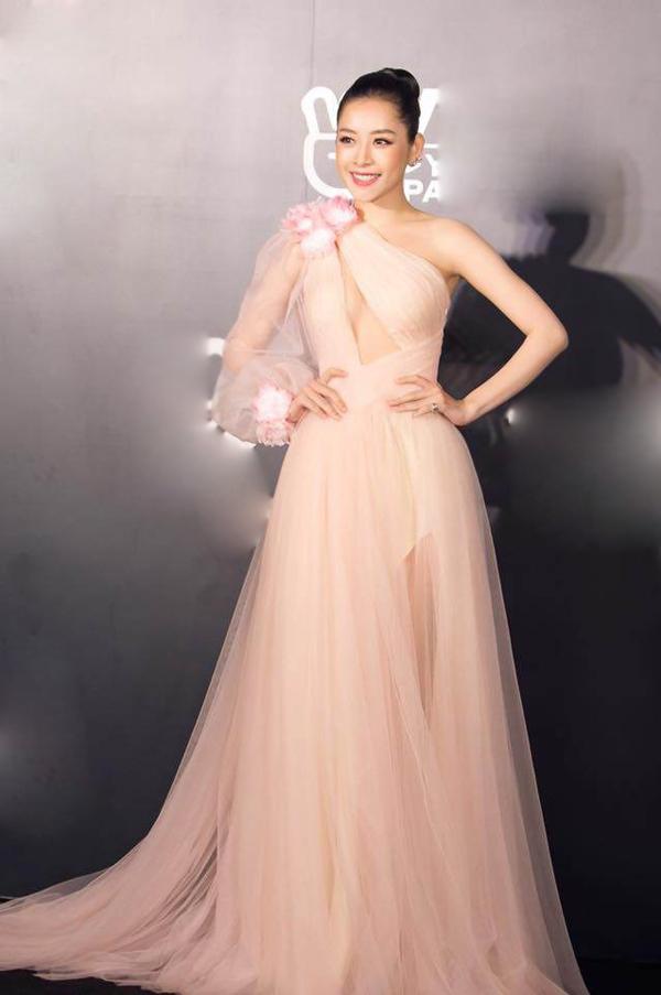 Chi Pu nổi bật trên thảm đỏ sự kiện âm nhạc tổ chức vào tối 19/1. Váy dạ hội sử dụng chất liệu mỏng mảnh đi cùng chi tiết hở ngực
