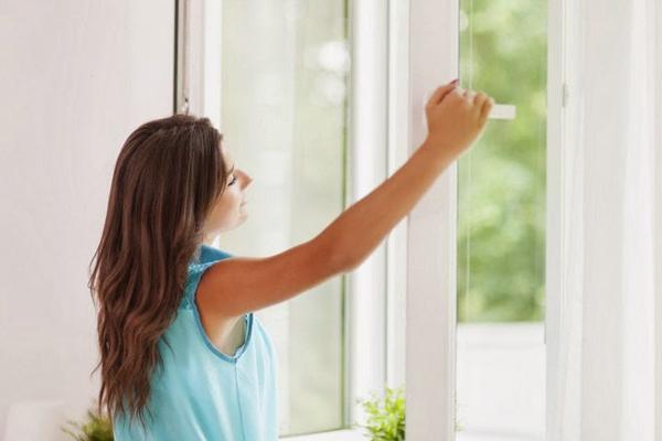 Mở cửa sổ Hít thở không khí trong lành vào buổi sáng sớm giúp đầu óc thư thái, tăng cường năng lượng, giảm stress. Căng thẳng, lo âu là một trong những nguyên nhân hàng đầu gây tăng cân.