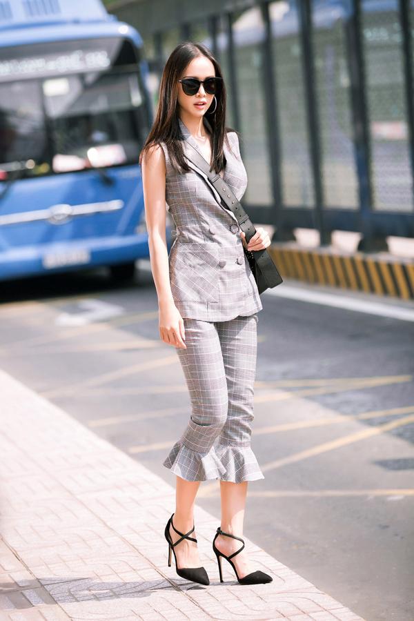 Người đẹp khoe phong cách trẻ trung với set đồ đúng điệu mùa xuân hè 2018 gồm áo cổ vest thiết kế sát nách, quần lửng ống loe và các phụ kiện giày mũi nhọn, túi đeo chéo tiệp sắc đen.