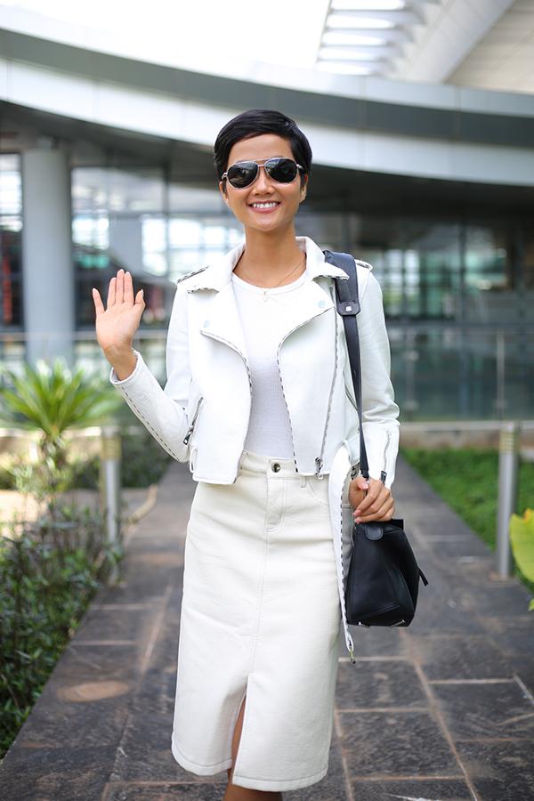 Bố mẹ tiễn Hoa hậu HHen Niê về Sài Gòn - 8