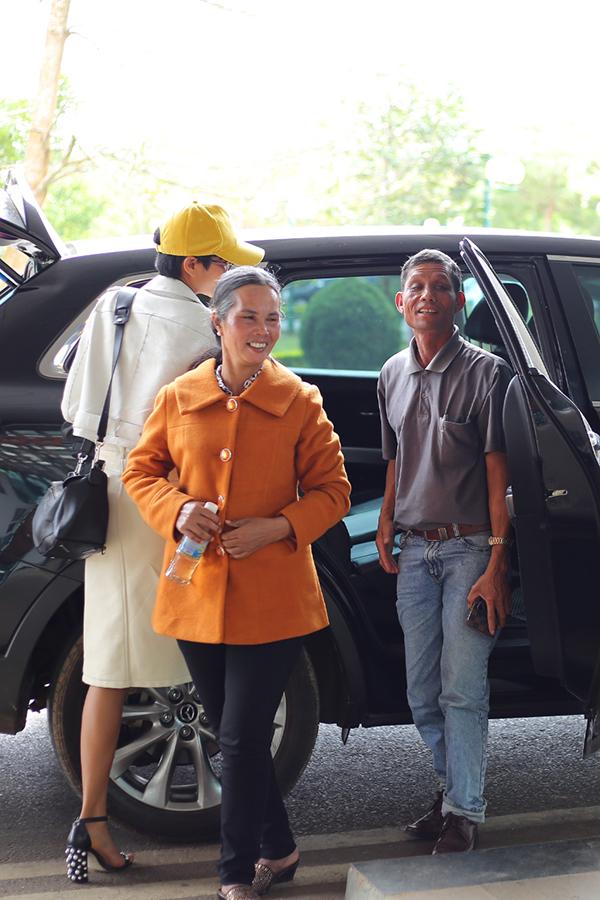 Bố mẹ tiễn Hoa hậu HHen Niê về Sài Gòn - 1