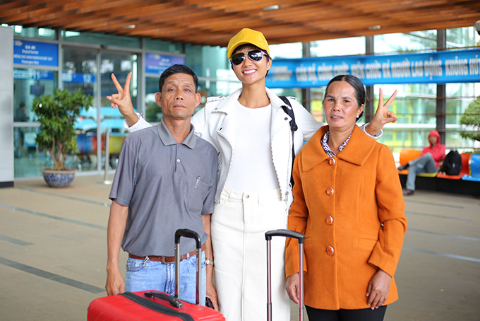 Bố mẹ tiễn Hoa hậu HHen Niê về Sài Gòn - 2