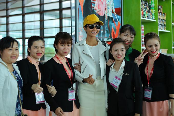 Bố mẹ tiễn Hoa hậu HHen Niê về Sài Gòn - 4