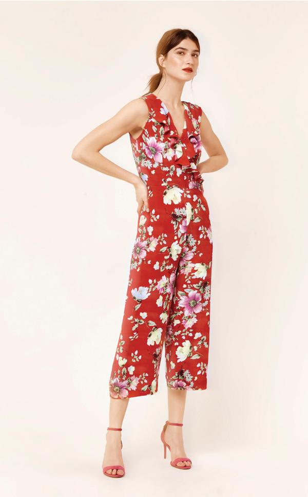 Chất liệu vải mềm mịn cùng chi tiết thắt nơ chít eo, hay bèo nhún nữ tính giúp tăng thêm vẻ uyển chuyển trong mỗi bước đi đầu năm.