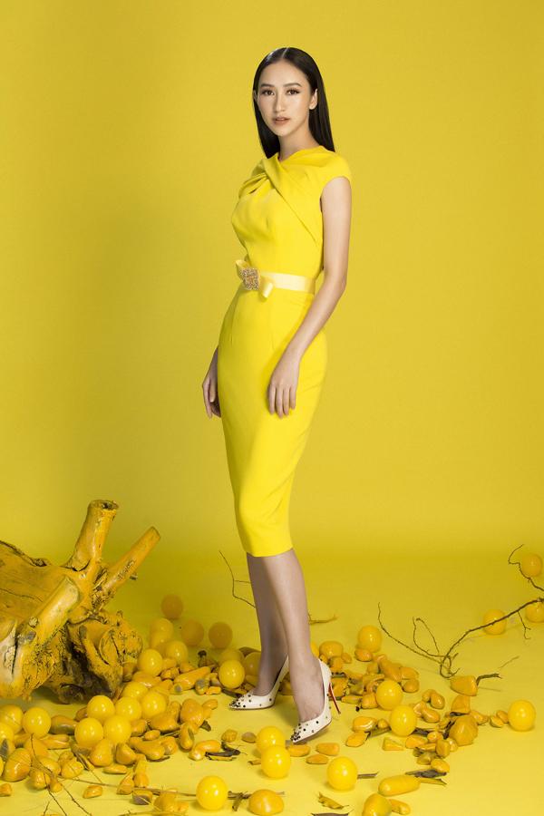 Các mẫu thiết kế tập trung khai thác phom dáng tôn vẻ đẹp nữ tính và dịu dàng cho người mặc như váy xòe, váy cổ vest, váy cocktail, đầm sơ mi.