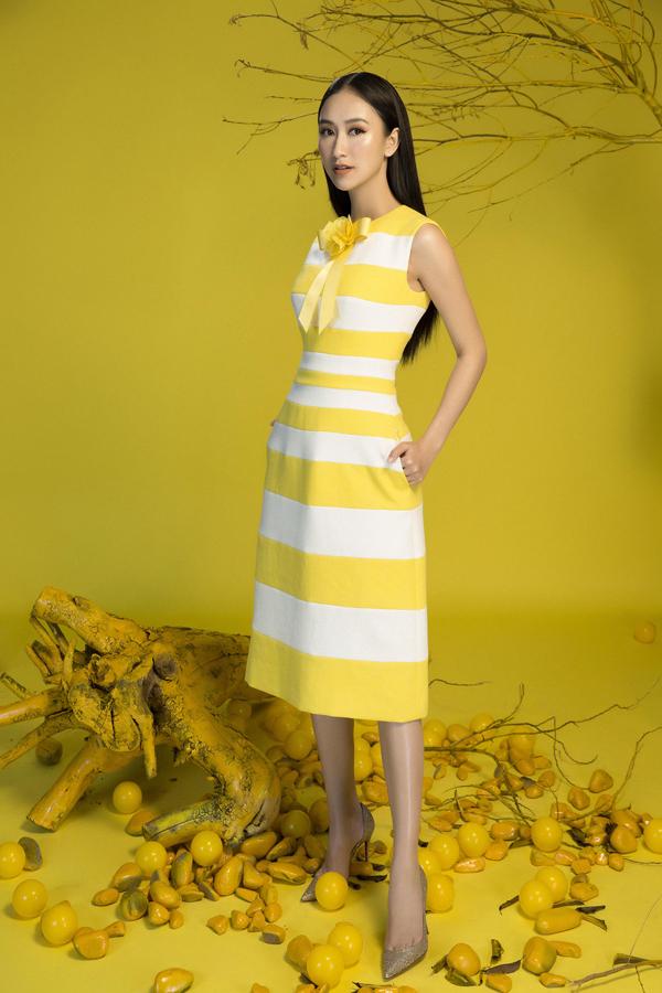 Sử dụng hai tông màu cơ bản làtrắng và vàng, nhà thiết kế đã khéo léo mang đến hoa văn, họa tiết trang trí bắt mắt cho từng mẫu trang phục.