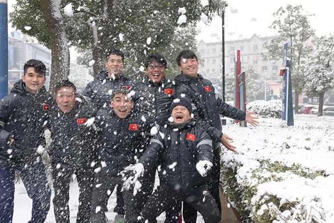 Thời tiết ở thành phố Thường Châu, Giang Tô, Trung Quốc sáng 25/1 giảm xuống -2 độ C, kéo theo tuyết rơiphủ trắng các mái nhà, cây cối, xe cộ vàmặt đường. Tranh thủ buổi sáng được nghỉ, các cầuthủ U23 Việt Nam rủ nhau đi dạo phố ngắm tuyết rơi.