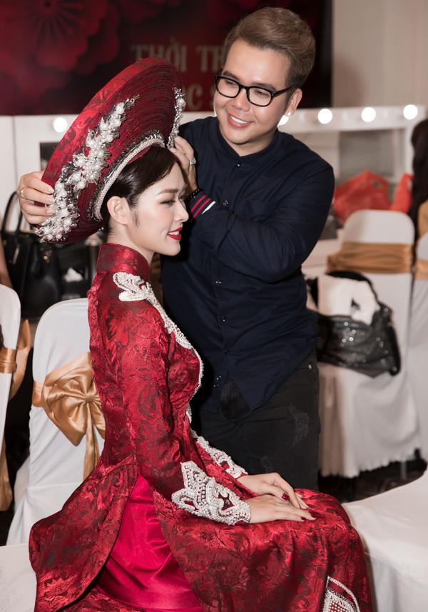 Diệp Bảo Ngọc được nhà thiết kế Minh Châu chăm chút kỹ lưỡng trước khi xuất hiện trong đêm thời trang tại TP HCM.
