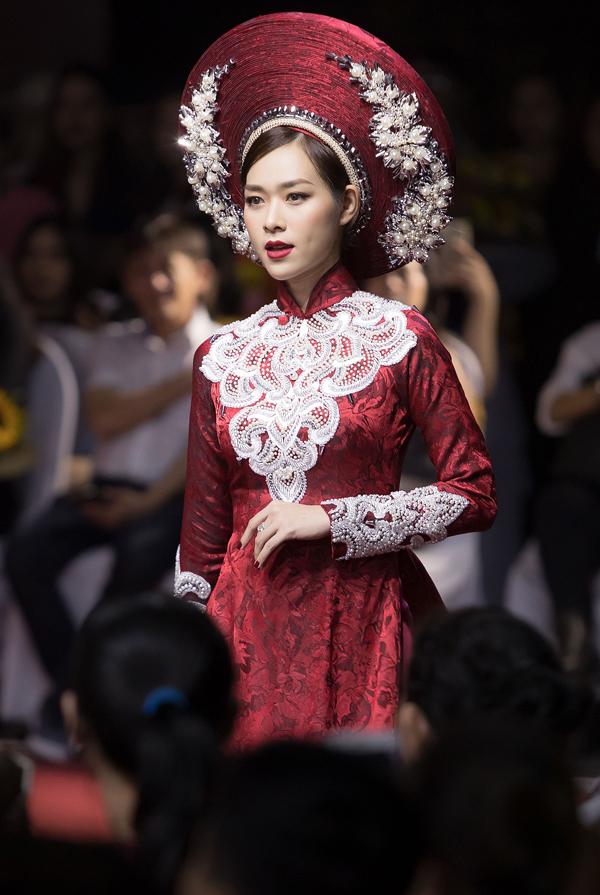 Cô diễn ở vị trí vedette trong màn giới thiệu sưu tập Cô Bông Sài Gòn.