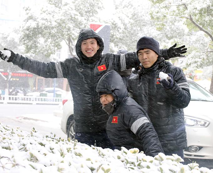 Hậu vệ Đoàn Văn Hậu tạo dáng chụp ảnh bên đồng đội Đức Chinh và trợ lý Lư Đình Tuấn.