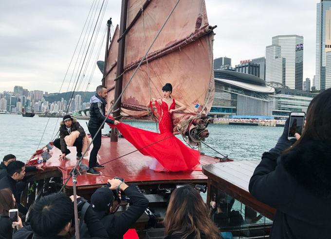 Chương trình J Winter Fashion Show 2018 sẽ giới thiệu các bộ sưu tậpHaute Couture,Pret-a-Couture từ nhiều thương hiệu trên thế giới:Ani Alvarez Calderon(Peru),XIAOFEN Couture (Indonesia), Patricia Nascimento(Brazil), Syeda Amera (Pakistan), Mimi Tran (Mỹ) và Nordic Angels (Monaco). Ngoài việcchiêm ngưỡng những trang phục đẹp, các khách mời còn dự tiệc nhạc sống và ẩm thực Italy trên con tàu sang trọng bậc nhất.