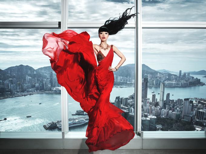 Jessica Minh Anh sinh ra tại Hà Nội nhưng lại học tập ở Nga, Malaysia, Anh. Không về nước hoạt động, cô mở công ty tổ chức sự kiện tại London. Nhiều năm qua, siêu mẫu đã ghi dấu ấn với truyền thông quốc tế nhờ việc biến những địa điểm danh tiếng của thế giới làm sàn catwalk như: cầu tháp London, thápEiffel, tháp đôiPetronas ở Malaysia, cầu trên không ở Singapore, cầu kính trên hẻm núi GrandCanyon (Mỹ), đập thuỷ điệnHoover Dam (Mỹ), tháp One World Trade Center tại New York, nhà máy năng lượng mặt trời Gemasolar tại Tây Ban Nha...