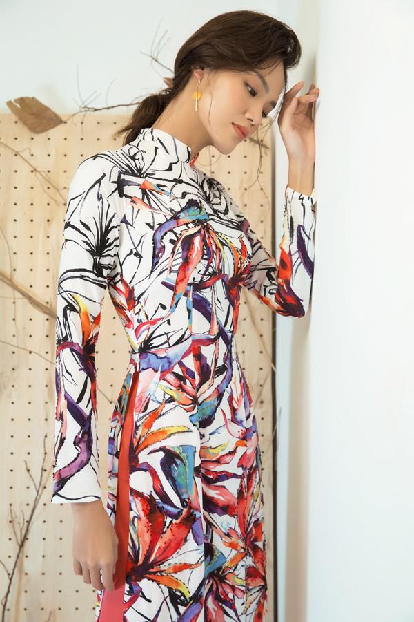 Với ý tưởng tạo nên sự tự tin, nổi bật cho người phụ nữ để đón một năm mới tốt lành, nhà thiết kế đã vận dụng những màu sắc nổi bật như cam, đen, đỏ, hồng... để tạo nên những họa tiết độc đáo cho từng mẫu trang phục.